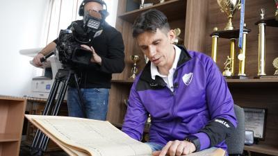 Ifj. Láza János édesapja gyűjteményét mutatja – (Fotó: Ujházi György)