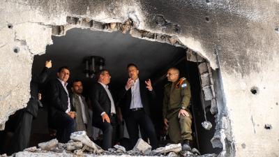 Gabi Ashkenazi (balról a negyedik) izraeli külügyminiszter Szijjártó Péterrel vett szemügyre egy megtámadott épületet. (Forrás: FB/ Szijjártó Péter)