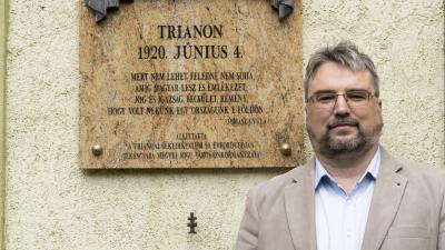 Ugrai Gábor az Andrássy  gimnázium falán lévő emléktáblánál