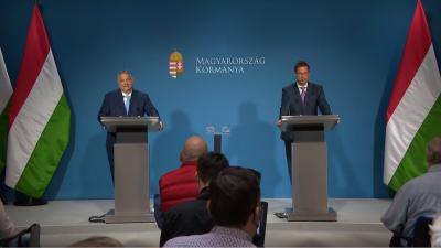 Orbán Viktor miniszterelnök és Gulyás Gergely miniszter a 2021.06.10.-i kormányinfón. Forrás: kormany.hu