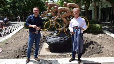 Varga Tamás és Szarvas Péter az Olimpia – Kerékpározók szobor előtt – Fotó: behir.hu/Such Tamás