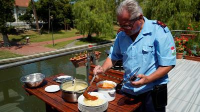 Sós Imre kínálta a paradicsomos spagettit a vendégeinek – (Fotó: Hidvégi Dávid/behir.hu)