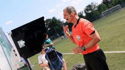 Solymosi Péter az NB I legrutinosabb játékosa nézi vissza a VAR-felvételeit az egyik próbamérkőzés során – (Fotó: mlsz.hu)