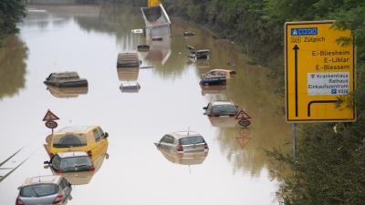 Víz alá került járművek a B265 autópályán, a németországi ErftstadtbanFORRÁS: AFP/SEBASTIEN BOZON