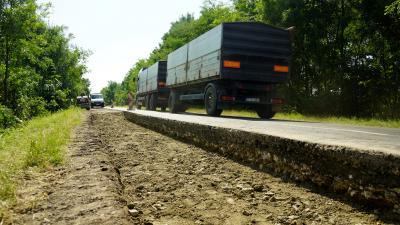 Pályaszerkezet cserével kezdődött a Sarkad és Doboz közötti út felújítása – (Fotó: Hidvégi Dávid/behir.hu)