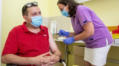 Fekete Beáta asszisztens beolt egy férfit a német-amerikai fejlesztésű Pfizer-BioNTech koronavírus elleni oltóanyag, a Comirnaty-vakcina első adagjával a békéscsabai Réthy Pál kórházban 2021. július 11-én. MTI/Rosta Tibor
