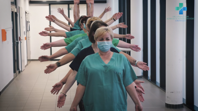 Az orosházi kórház dolgozói is elfogadták a Jerusalema tánckihívást. Részlet a Dr. László Elek Kórház és Rendelőintézet videójából