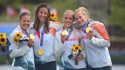 Az aranyérmes Kozák Danuta, Csipes Tamara, Kárász Anna és Bodonyi Dóra (b-j) a női kajaknégyesek 500 méteres versenyének eredményhirdetése után (Fotó: MTI)