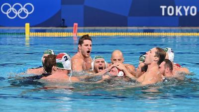 A bronzérmes magyar csapat ünnepli győzelmét és a visszavonuló Nagy Viktort (Fotó: MTI)