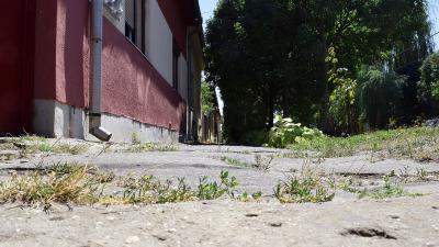 A Telep utca járdája is felújításra vár (fotó: behir.hu/ Such Tamás)