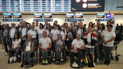 A magyar kerekesszékes vívók, asztaliteniszezők, úszók, az egészségügyi csapat, valamint az MPB munkatársai kedden utaztak Tokióba (fotó:  https://www.facebook.com/magyarparalimpiaicsapat)