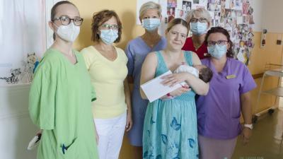 A szülészet, nőgyógyászati osztály kollektívája köszönti a büszke anyukát és a kislányt (fotó: Melega Krisztián/Dr. László Elek Kórház)