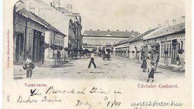 Képeslap Csabáról, rajta a Vasút-utcza Corvina Könyvkereskedése 1901-ben. A kép bal szélén látható a Frnda András-féle ház (antikfoto.hu, Tuska János gyűjteményéből)