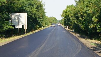 A Sarkad és Doboz közötti 4244-es számú mellékút egy szakasza új aszfaltburkolatot kapott  – (Fotó: Hidvégi Dávid/behir.hu)