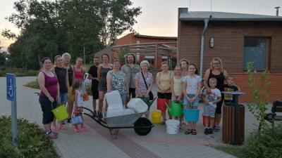 A locsolók egy csoportja a CsabaParknál (fotó: Duray Balázs)