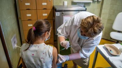 Egy orvos beolt egy diákot a német-amerikai fejlesztésű Pfizer-BioNTech koronavírus elleni oltóanyaggal, a Comirnaty-vakcinával Budapesten, a Városmajori Gimnáziumban 2021. augusztus 30-án – (Fotó: MTI)