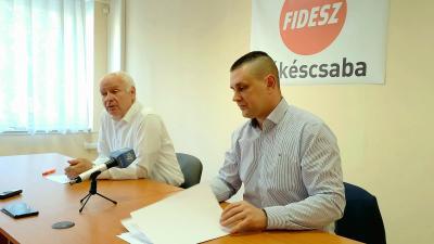 Herczeg Tamás választókerületi elnök és Bálint Kornél békéscsabai elnök közös sajtótájékoztatója
