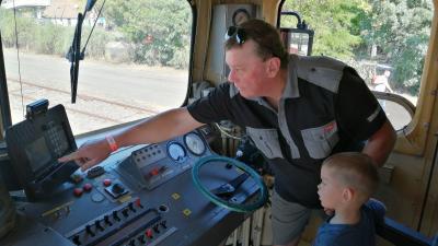 A gyerekek megnézhették a mozdonyok vezetőállását - (Fotó: Hidvégi Dávid/behir.hu)