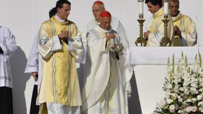 Angelo Bagnasco bíboros, az Európai Püspöki Konferenciák Tanácsának (CCEE) elnöke, Genova korábbi érseke (k) szentmisét mutat be az 52. Nemzetközi Eucharisztikus Kongresszus megnyitóján a Hősök terén (MTI/Máthé Zoltán)