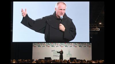 Böjte Csaba előadása a Nemzetközi Eucharisztikus Kongresszuson (MTI fotó)