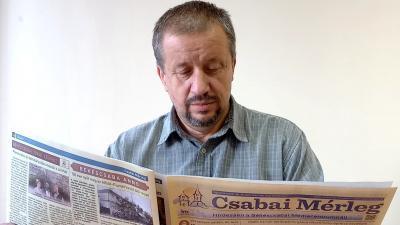 Nagy Sándor már átlapozta a Csabai Mérleg legfrissebb számát (fotó: behir.hu/ Erdei-Kovács Zsolt)