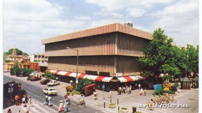 Az egykori Univerzál Áruház épülete és környezete 1994-ben (fotó: antikfoto.hu)