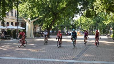 A Szent István tér 10. és az Andrássy út 7. szám előtt is reggelivel fogadják a kerékpárosokat