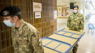 Katonák segítenek a kórházakban a koronavírus-járvány idején. Forrás: MTI/Sóki Tamás