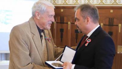Nagy Gyula (b) 2019-ben a Békés megyei közgyűlés elnökétől, Zalai Mihálytól veszi át az elnöki elismerést. (Fotó: Lehoczky Péter)