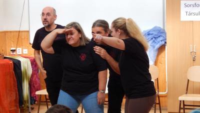 Pillanatkép a Sorsfonó Társulat egy korábbi előadásából (fotó: behir.hu)