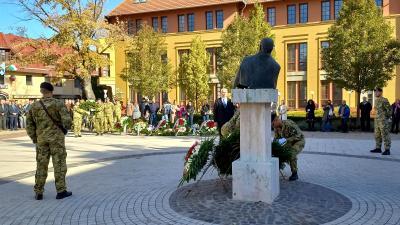 A jelenlévők megkoszorúzták Nagy Imre, mártír miniszterelnök szobrát
