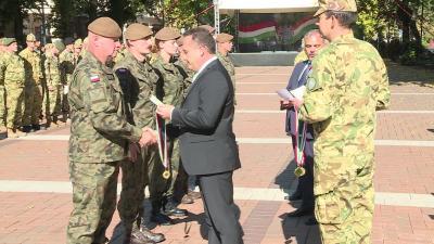 Takács Árpád kormánymegbízott gratulált a győztes lengyel csapatnak (Fotó: behir.hu)