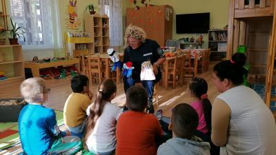 A gyerekek biztonságra nevelését segítik a rendőrök (fotó: police.hu)