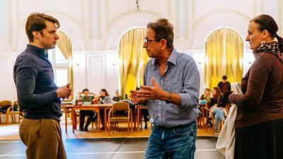 Halasi Imre instruálja a Made in Hungária próbáját (fotó: Békéscsabai Jókai Színház)